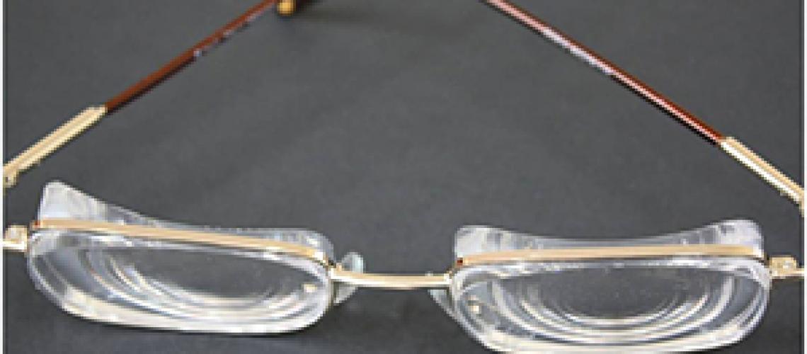 Gafas de una persona que padece miopía magna